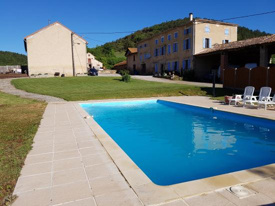Manses, Francia: Pool back to the Gite (left) and farmhouse
