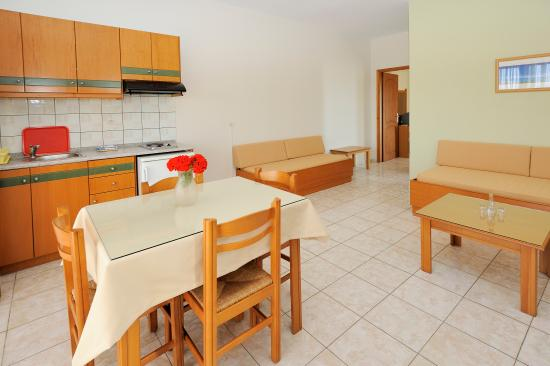 Nanakis Beach Apartments: Living room