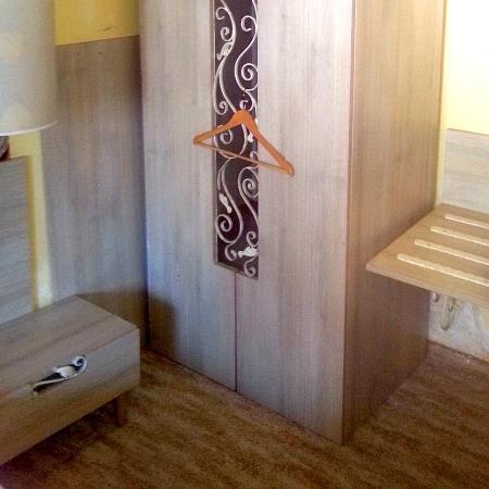 Hotel Adler Winningen: sehr interessantes Möbeldesign und behandlungsbedürftiger Wasserschaden unter der Kofferablage