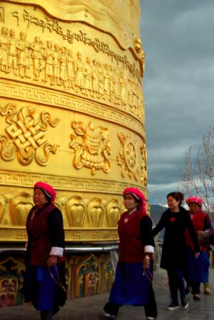 Επαρχία Σάνγκρι Λα, Κίνα: Tibetan women prayer at the world's larges prayer wheel.
