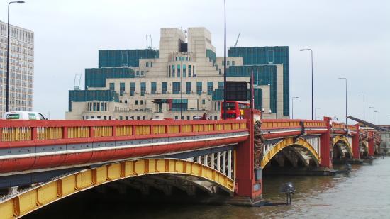 BEST WESTERN Victoria Palace: Puente sobre el Thames y edificio del M16 ( películas James Bond)