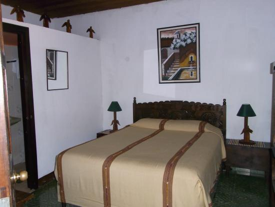 Posada La Merced Antigua: Queen size bed room