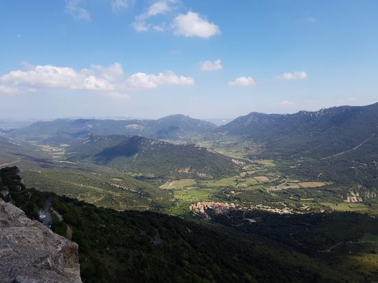 Duilhac-sous-Peyrepertuse, Francia: View down the valley back to Chateau de Queribus