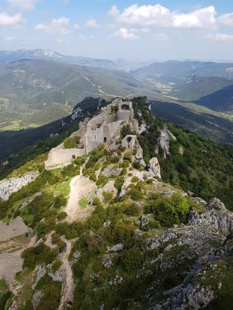 Duilhac-sous-Peyrepertuse, Francia: View of lower castle from upper castle