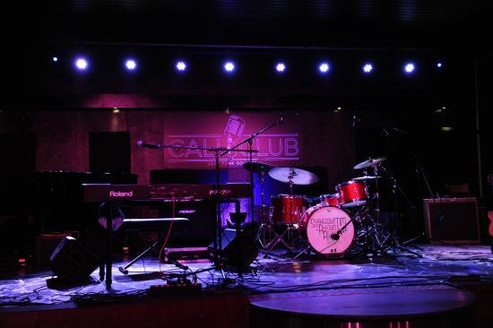 Drogenbos, Belgia: La scène du CaliClub avant le concert de Gene Taylor