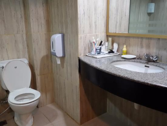 Comfort Hotel Dumai: Spacious sink top and large mirror