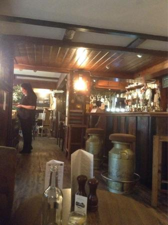 The New Forest Inn: Snug and cosy bar area, and DELICIOUS vegan food produced on the spot!