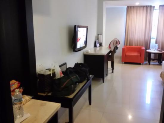 Dumai, Indonesië: Very spacious room with mini bar, coffee tea facility, closet and LCD tv