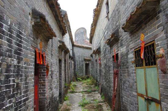 Gaoyao, Kina: a road between houses