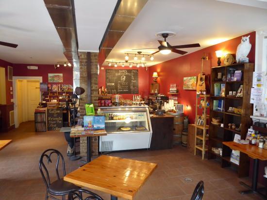 Scottsville, เวอร์จิเนีย: Inviting Interior of Baines Books and Coffee