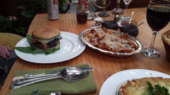 Hoarwithy, UK: black pudding burger