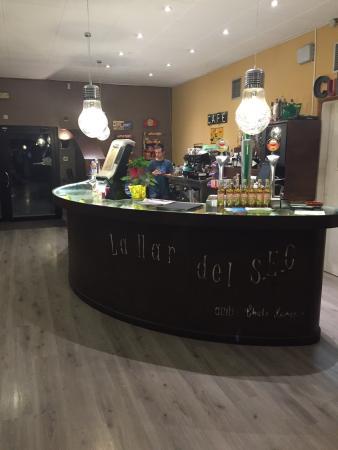 Corbera de Llobregat, España: Un restaurante con terraza inmensa! Tapas, menús y carta.