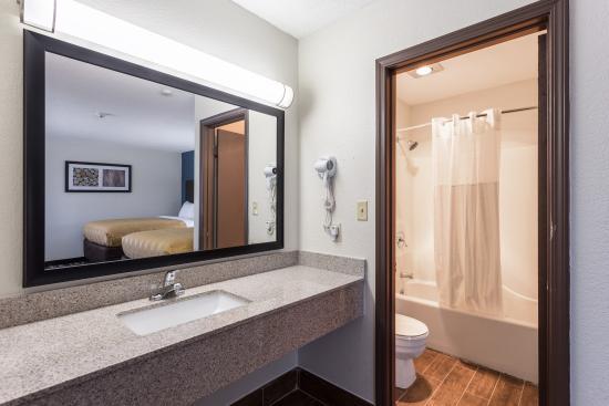 Farmington, MO: Guest Room Bathroom