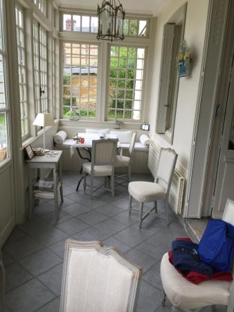 Le Clos Jouvenet : Beautiful, sunny room for breakfast.