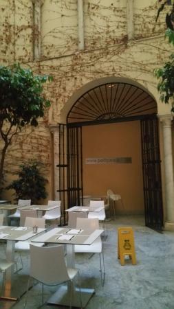 Petit Palace Santa Cruz : le patio pour petit déjeuner