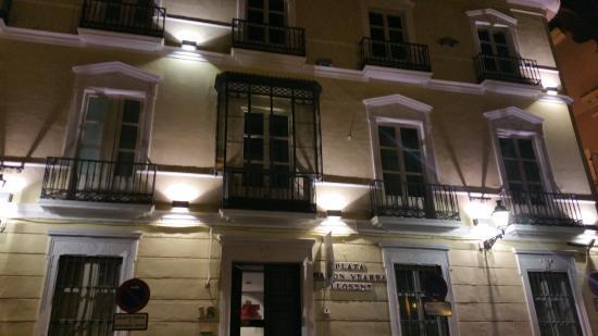 Petit Palace Santa Cruz : Côté rue