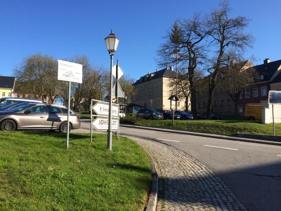 Joehstadt, Tyskland: Voldoende gratis parkeerplaatsen tegenover het hotel. Praag ligt op 1,5 uur rijden van het hotel