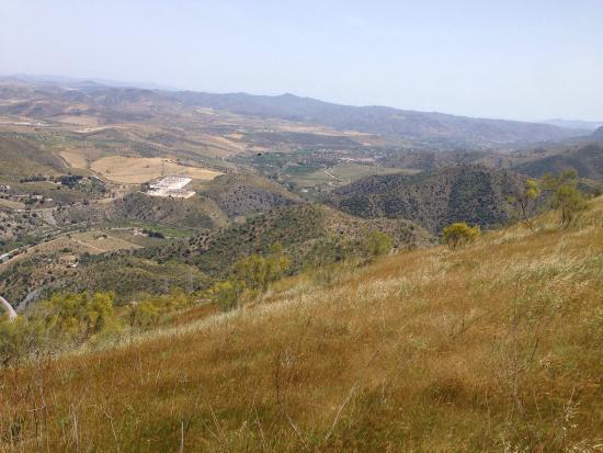 Alora, Hiszpania: Blick von der obersten Ruine über die Täler.
