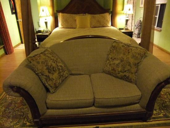 Whispering Pines Bed and Breakfast: Love Seat in front of the bed