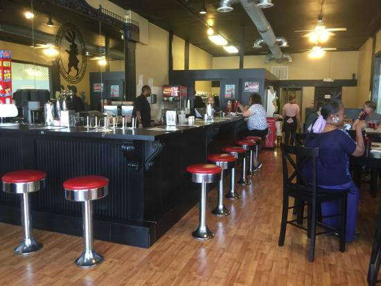 Trussville, Алабама: Love the inviting Soda Fountain at the Three Earred Rabbit!