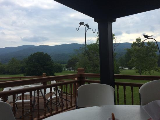 Rickard Ridge BBQ: Beautiful deck and view