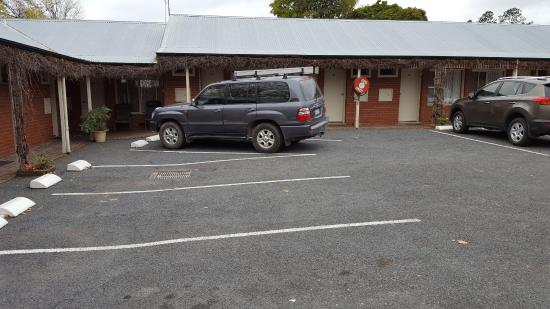 Beechworth Carriage Motor Inn: Clearly marked parking bays