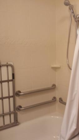 Wildwood, MO: Very safe shower/tub with lots of railing and an optional seat!