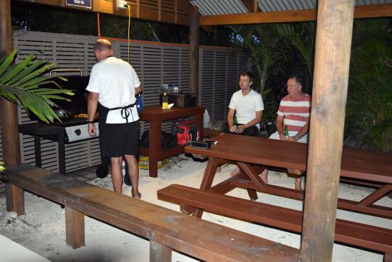 Coral Sands Apartments: Guest Barbeque