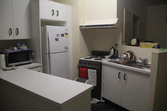 Tropical Queenslander Cairns Holiday Studio & Apartment: Apartment kitchen