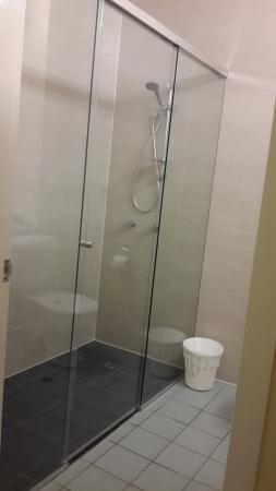Tropical Queenslander Cairns Holiday Studio & Apartment: Shower Room