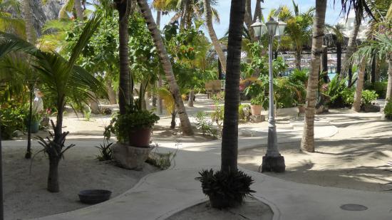 โรงแรมวิลลาคิน: Hotel grounds, walkway from our room