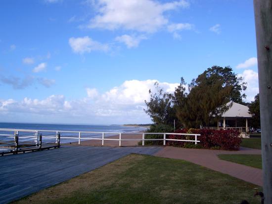 Hervey Bay, Australien: Short piers scattered along the way