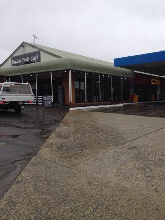 Sutton, Australien: Undercover parking, Maccas 3ks south better option