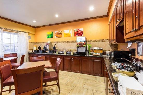 Quality Inn & Suites Beachfront: Breakfast