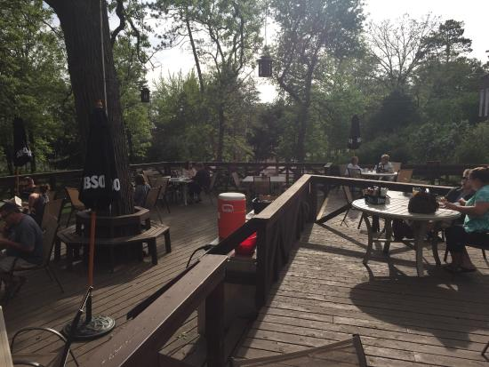 Grand View Lodge: deck next to main lodge - great place for relaxed, informal mealt