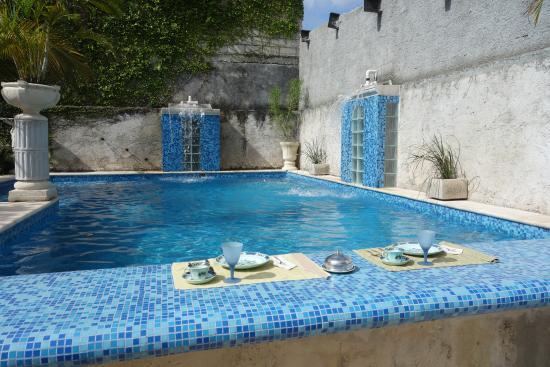 The Villa Tievoli: Breakfast setup at the pool!