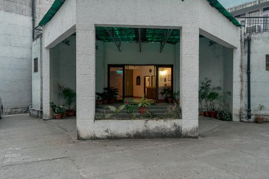 The Yamuna(HPTDC) : Driveway in front of the reception
