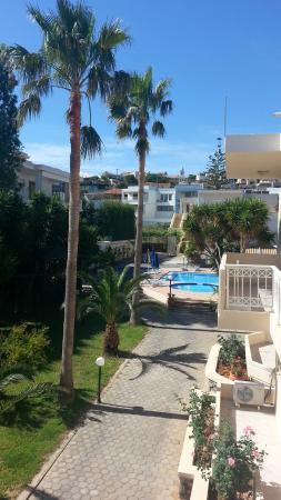Hotel Evilion Kato Stalos: Il balconcino affaccia all'interno della struttura, il silenzio è garantito.