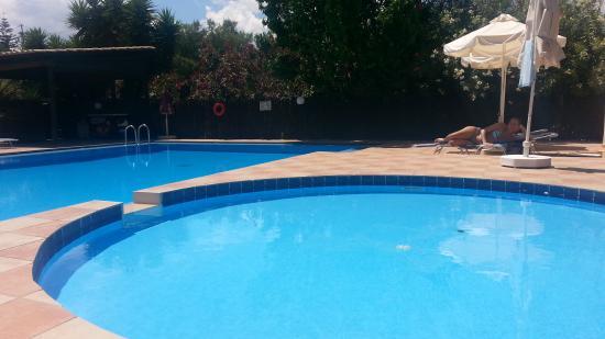 Hotel Evilion Kato Stalos: Le due piscine (in primo piano quella per i bimbi).