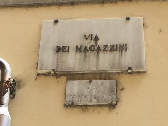 Vini e Vecchi Sapori: Plaque de la rue où se trouve l'Osteria.