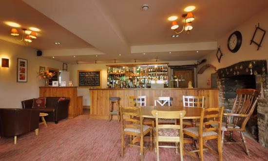 Bucknell, UK: Lounge bar with log fire and comfy seating