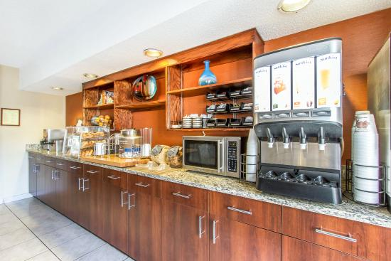 MainStay Suites Brentwood: Breakfast