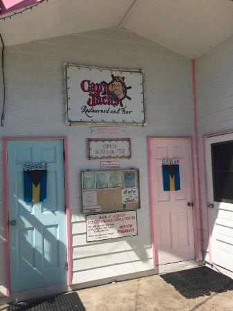 Cap'n Jack's: お店の入口 バハマらしいパステルカラー