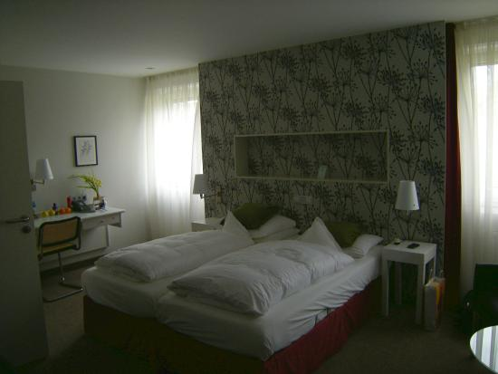 Hotel Deutscher Hof: Large windows 2nd floor, able to open fully an ensure a cooling breeze.