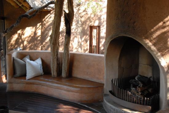 Madikwe Game Reserve, แอฟริกาใต้: Nice fireplace in the lobby...