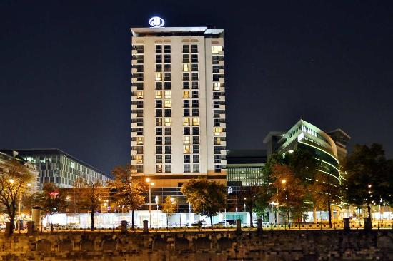 Hilton Vienna: Hotel Exterior at Night