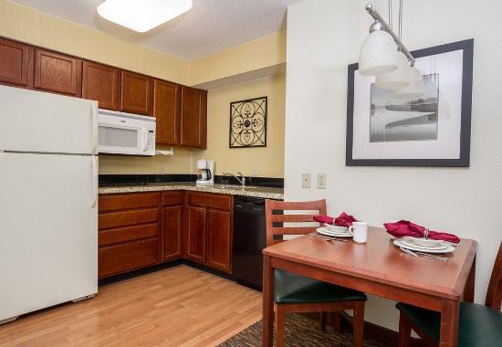 Independence, MO: Studio Suite - Kitchen
