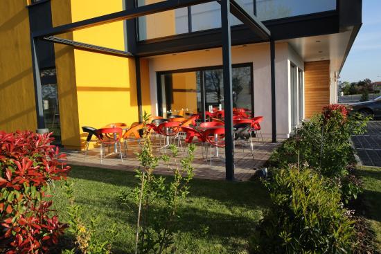 colmar hotel confort expo mit einem grossen und kostenlosen parkplatz nachts abgesschlossen. Black Bedroom Furniture Sets. Home Design Ideas