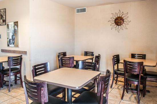 Quality Inn - Farmington: Breakfast Area