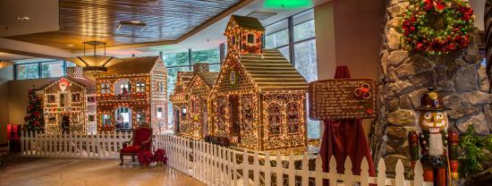 Olympic Valley, كاليفورنيا: Resort at Squaw Creek_Lobby_Magical Memories Gingerbread Houses